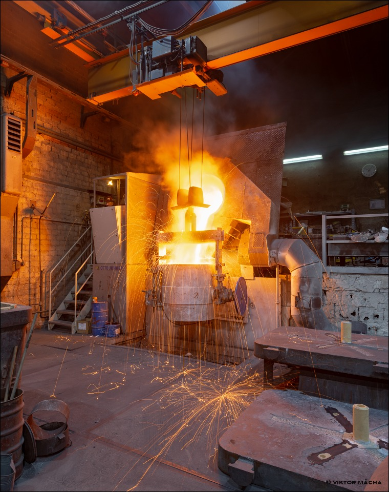 Edestahlwerk Ossenberg, tapping the 2 t induction furnace