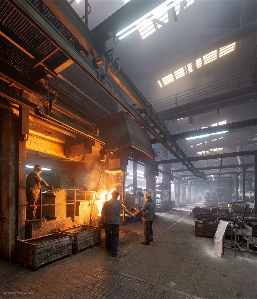 Eissengiesserei Karlshütte, tapping the induction furnace