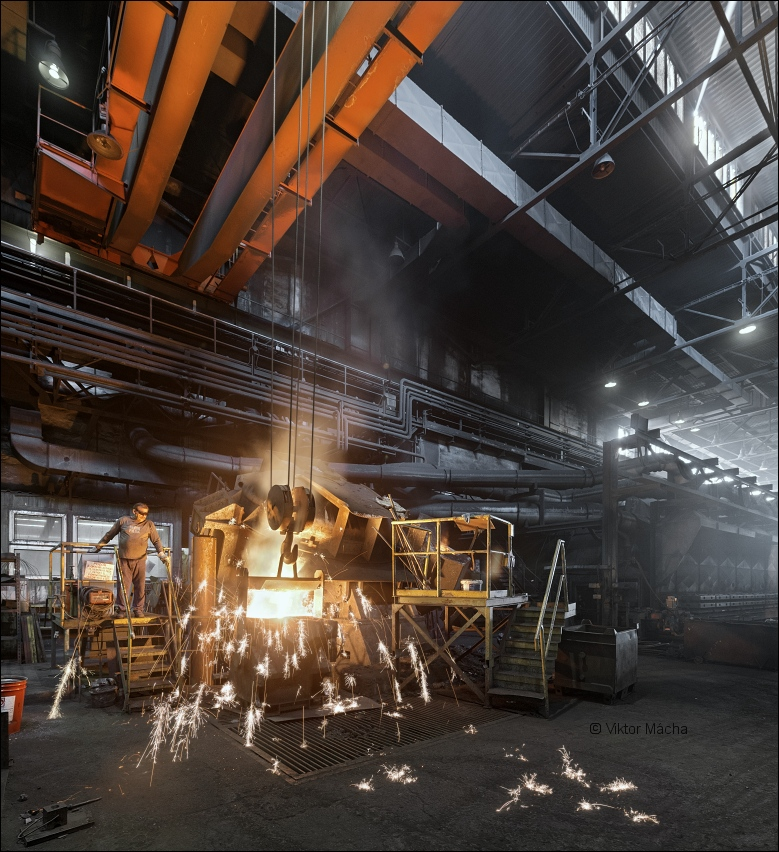 Ferex foundry, tapping the holding furnace