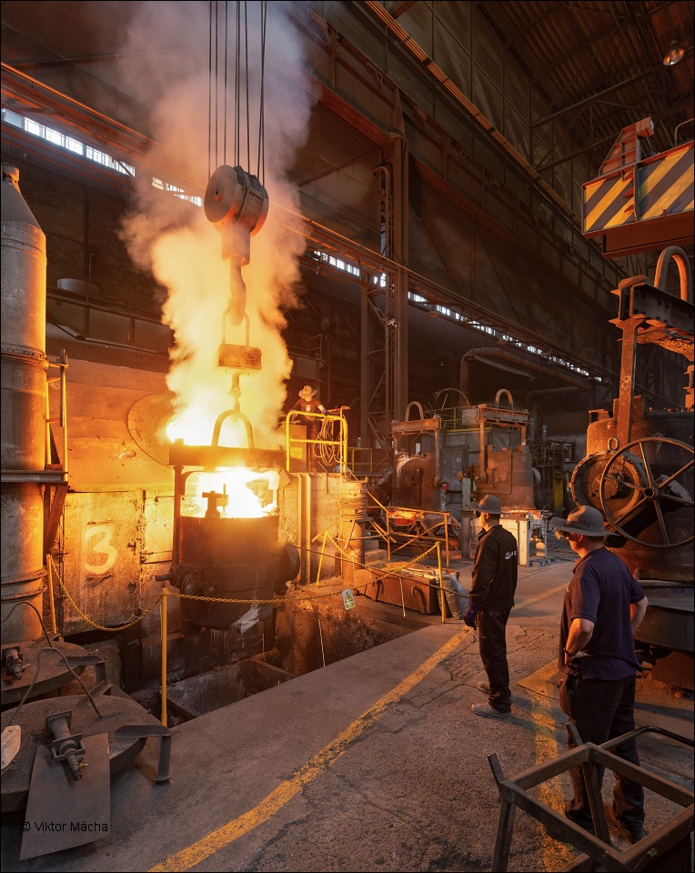 Unex Uničov, tapping the induction furnace